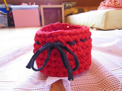 červený košíček ze špagátů