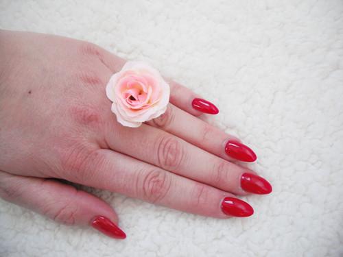 Prstýnek s umělou květinou