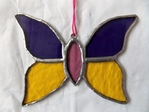 Motýlek žluto fialový - skleněná vitráž k pověšení