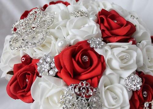 Převislá svatební kytice červeno-bílá