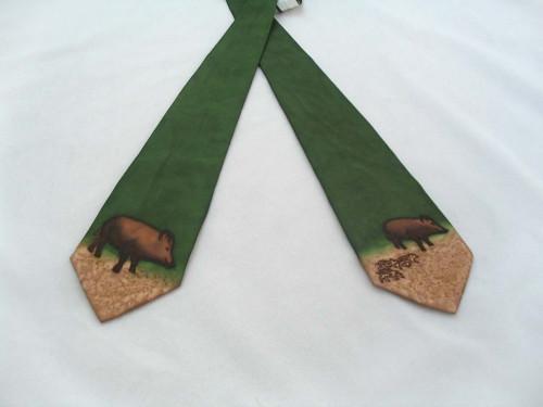 Hedábná kravata s divočákem
