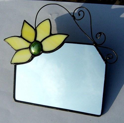 Zrcátko se žlutým květem