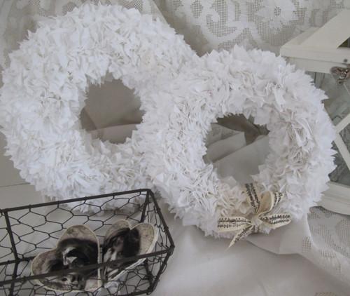 Věnec vypichovaný bílý - sada dvou kusů
