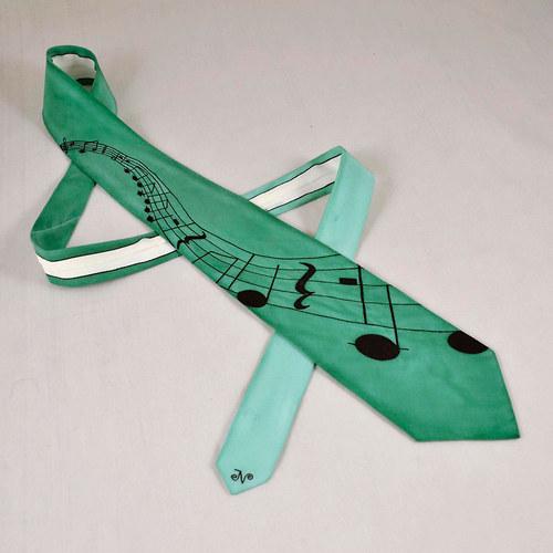 Zelená kravata s notovou osnovou