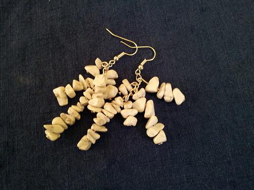 Hroznové náušnice ze zlomků magnezitu
