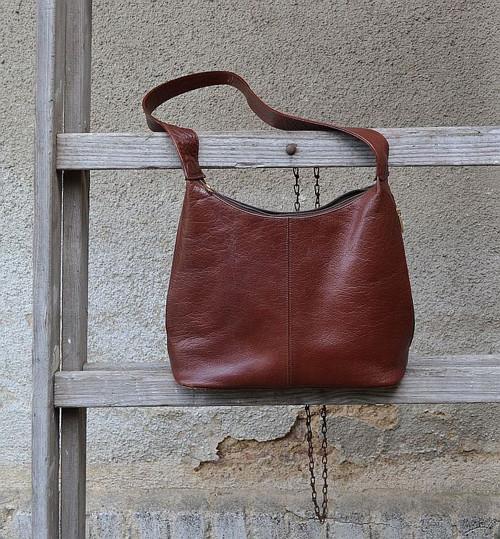 Praktická záležitost - kožená dámská kabelka