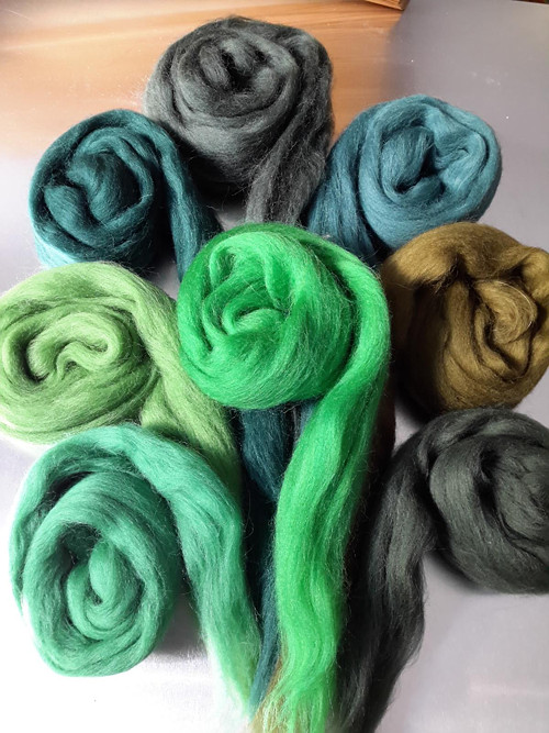 Česanec Merino, rouno, mix barev - zelená 50g