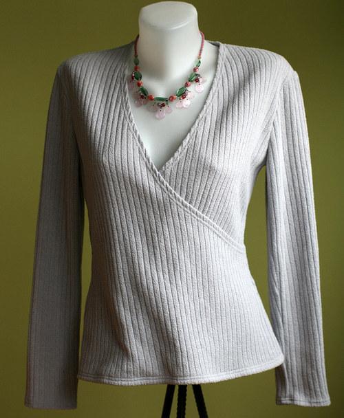 Aktuální světle šedá na měkkoučkém pulovru