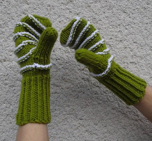Dámské  zelenkavé rukavice s bílými proužky
