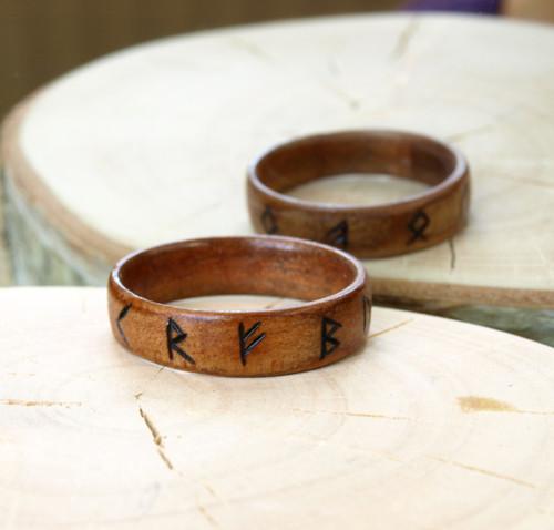 Pánský prsten z dřevěné dýhy s runami