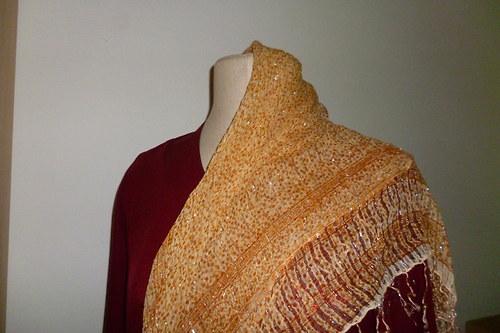 Jemný béžový šátek se stříbrnou nitkou