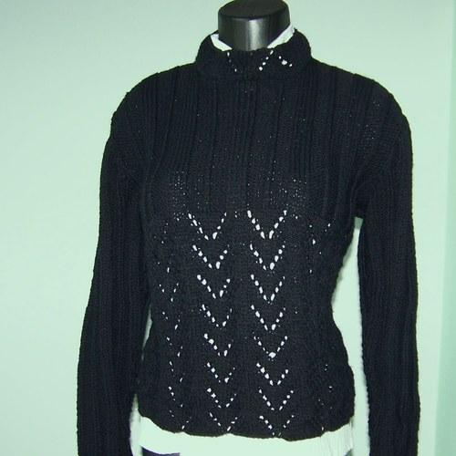 Pletený černý svetr.
