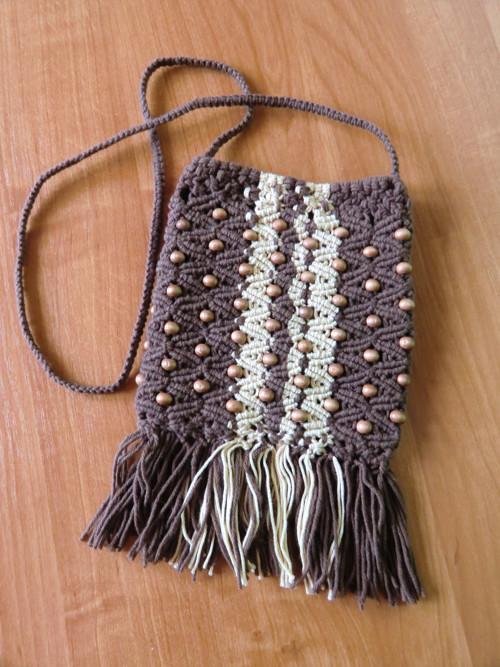 Drhaná kabelka s dřevěnými korálky