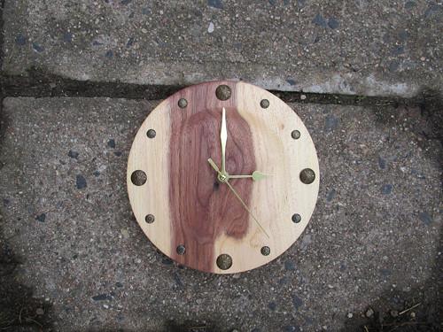 malé ořechové hodiny