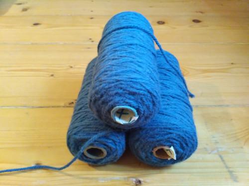 Špulka modré kobercové příze - 400g/4mm