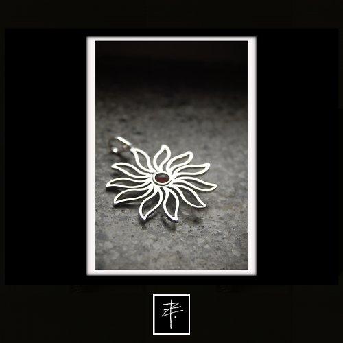 Stříbrný přívěs slunečnice