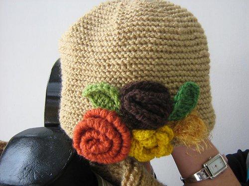 Béžová čepice s kytkami