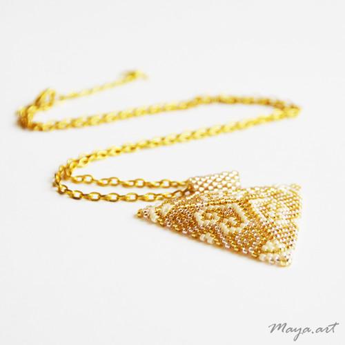 Zlatý šitý trojúhelníkový náhrdelník