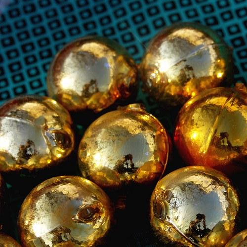 Zlaté skleněné kouličky