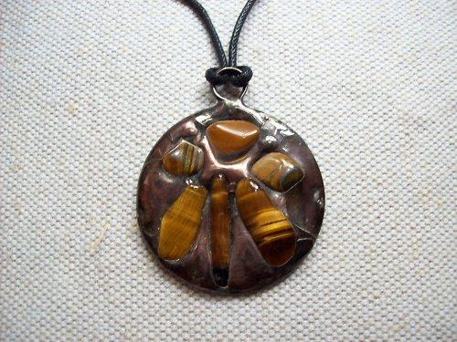 Kovový šperk s tygřími oky