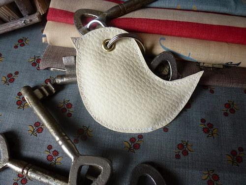 Přívěšek na klíče...  ptáček smetanový