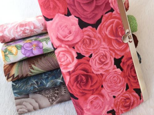 Rámečková peněženka - Tmavě lososové růže na černé