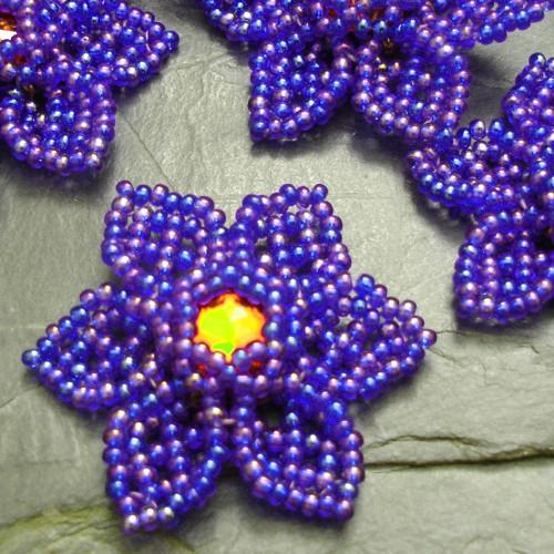 Šitá květinka - modrá duhová s červeným stř - 1 ks