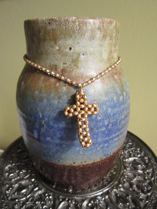 Zlaté jiskření kříže (křížek - šperk)