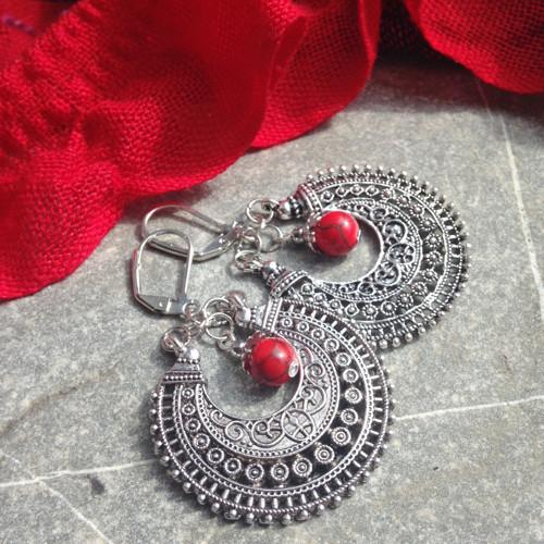 Filigránové kruhy s červenou kuličkou