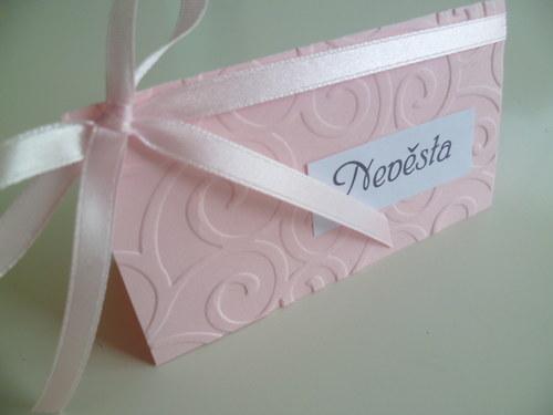 růžové jmenovky s ornamentem