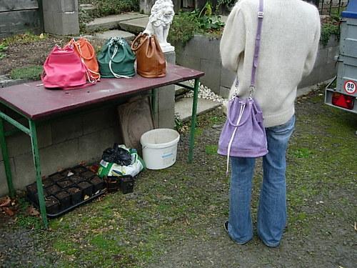 kožená kabelka pytlík s držátkem a řemenem