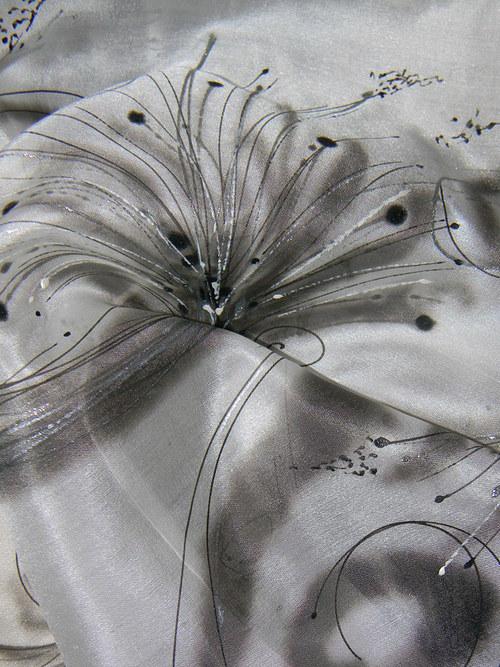 Černobílá křehká...  /hedvábná šála 45 x 180 cm/