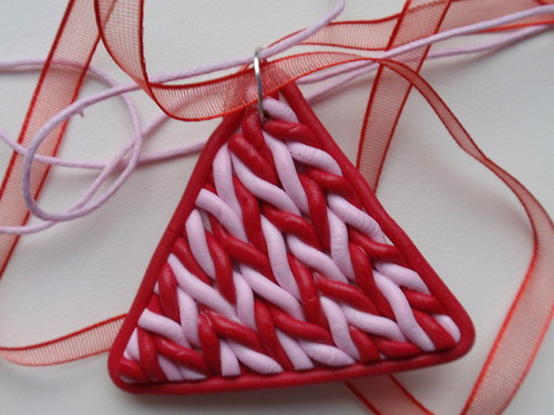 Růžovočervený pletený trojúhelník