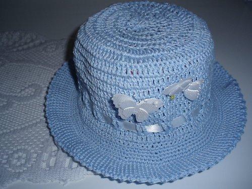 Hačkovaná klobouček s motýlky