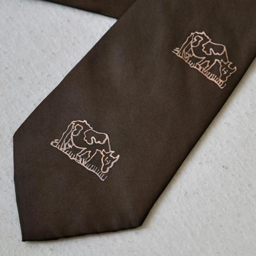 Tmavě hnědá kravata s krávami