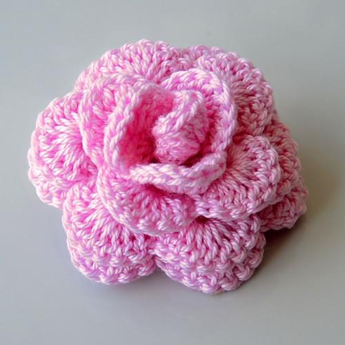 Háčkovaná brož - růže růžová