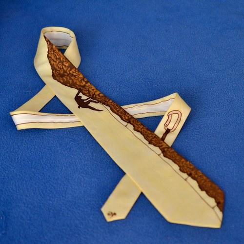 Hedvábná kravata s horolezcem - žluto-hnědá