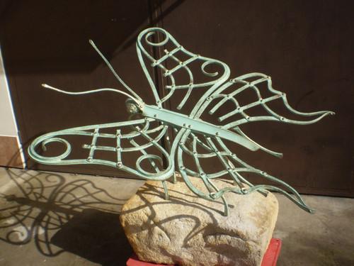 Kovaná zahradní plastika - Startující motýl