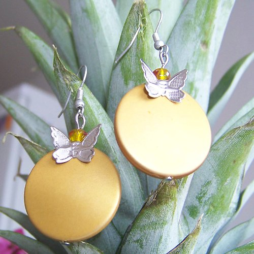 Náušnice ploché zlatavé s motýlkem
