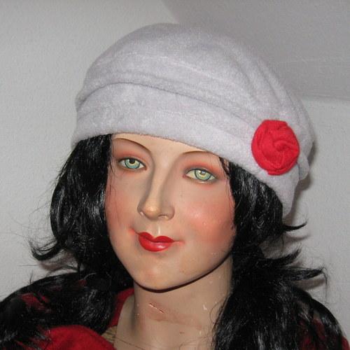 Baretka s růžičkou na menší hlavu