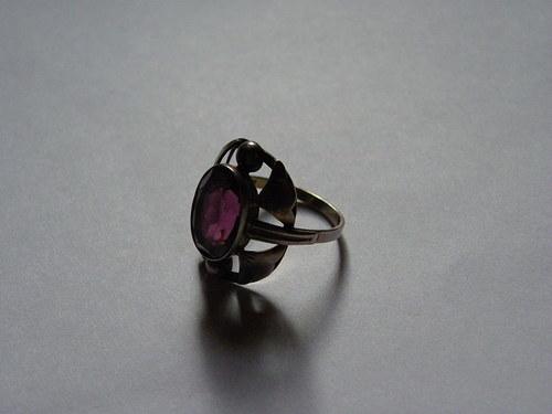 Starožitný prstýnek s fialovým kamenem