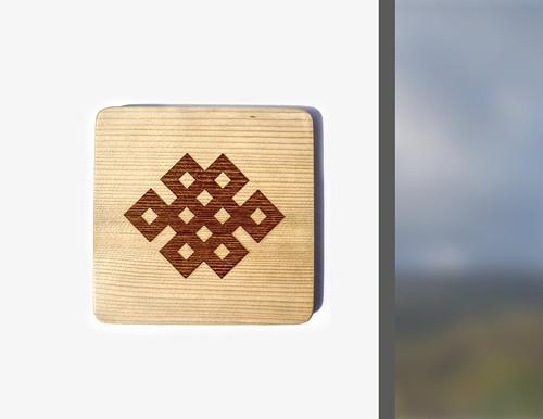 Buddhistický uzel nekonečna gravírovaný na dřevo