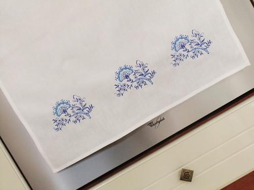 Kvalitní utěrka bílá vyšívaná - cibulákový vzor