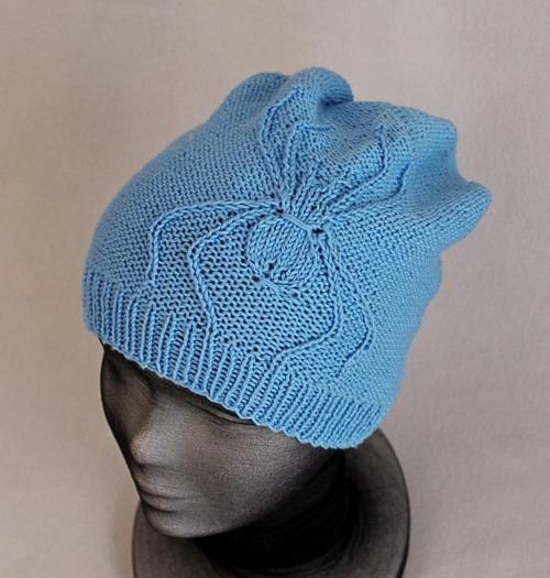 Modrá čepice s vyplétaným pavoukem