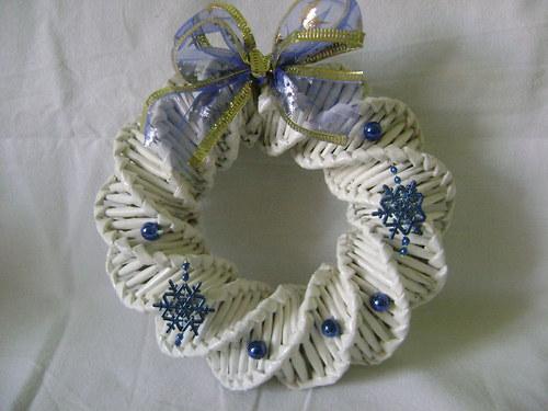 Věneček bílý s modrou dekorací