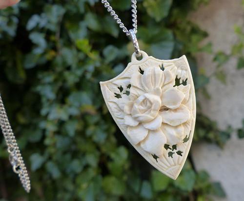 Květinou.. přívěšek na řetízku, slonovina