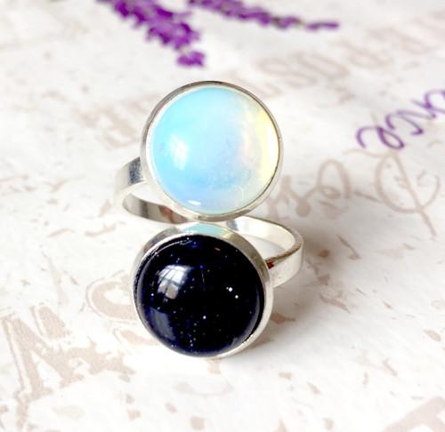 Duo prsten Den a Noc - modrý slun. kámen a opalit