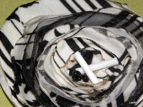 Černobílá brožka/ozdoba