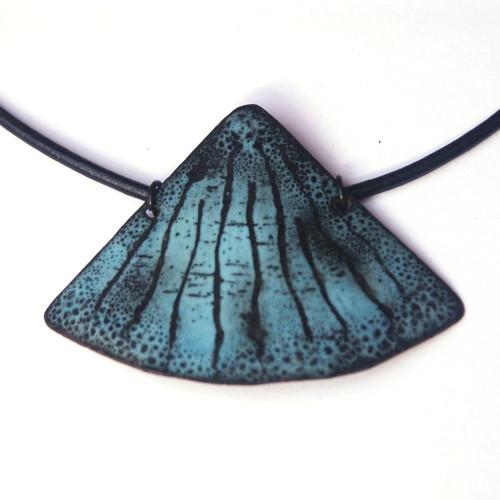 Modročerný vějíř - smaltovaný náhrdelník