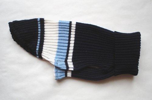 Modrý svetřík s pruhy